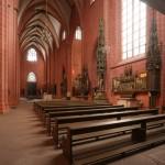 Blick in das Querhaus mit neuem Altarbereich
